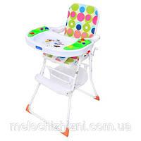 Яркий стульчик для кормления ребенка