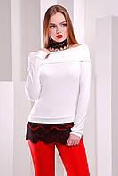 Белая женская трикотажная кофта с открытыми плечами и кружевом внизу