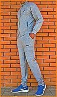 Светло-серый мужской костюм Nike с вышитыми логотипами
