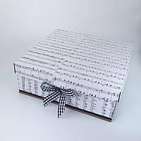 Большая квадратная подарочная коробка ручной работы бело-чёрного цвета принтом из нот