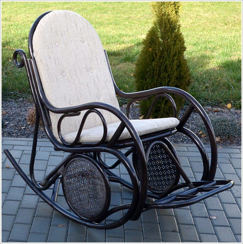 Плетене крісло-гойдалка з ротангу з підніжкою