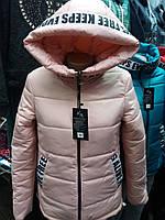 Весенняя женская куртка с капюшоном.