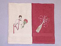 Набор из 2 махровых полотенец 40х70 с вышивкой (парень с букетом, бутылка)