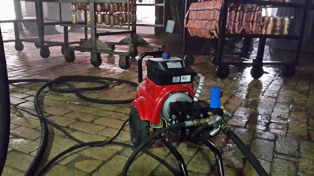 Установка моющей машины для мойки пола, тележек, коптильных камер и пробивки канализации оборудования у клиента