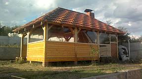 Прозрачные мягкие окнам на деревянной дачной беседке