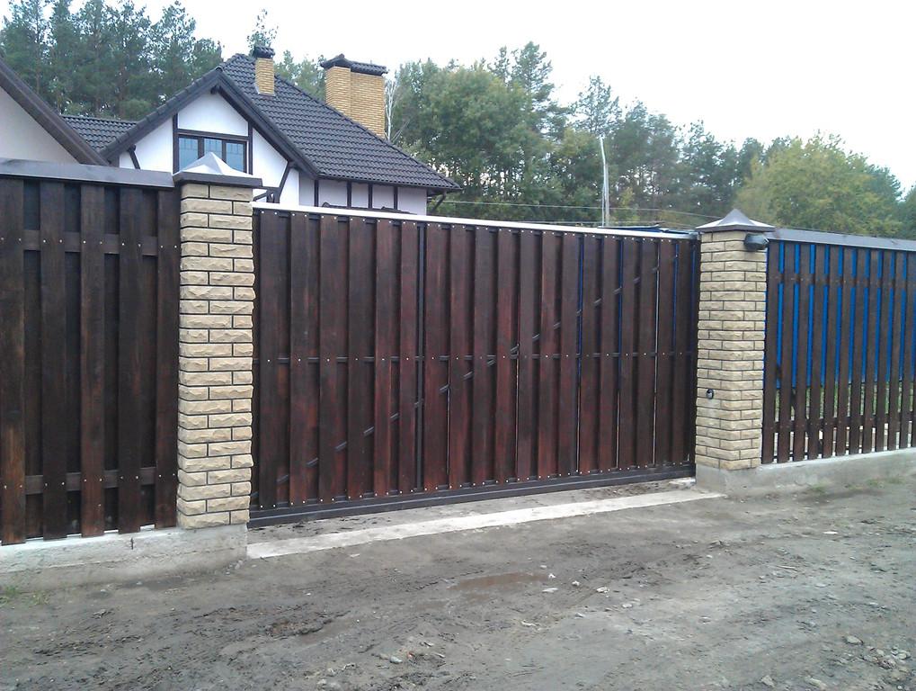 Автоматические откатные ворота с двусторонней зашивкой деревом. Калитка