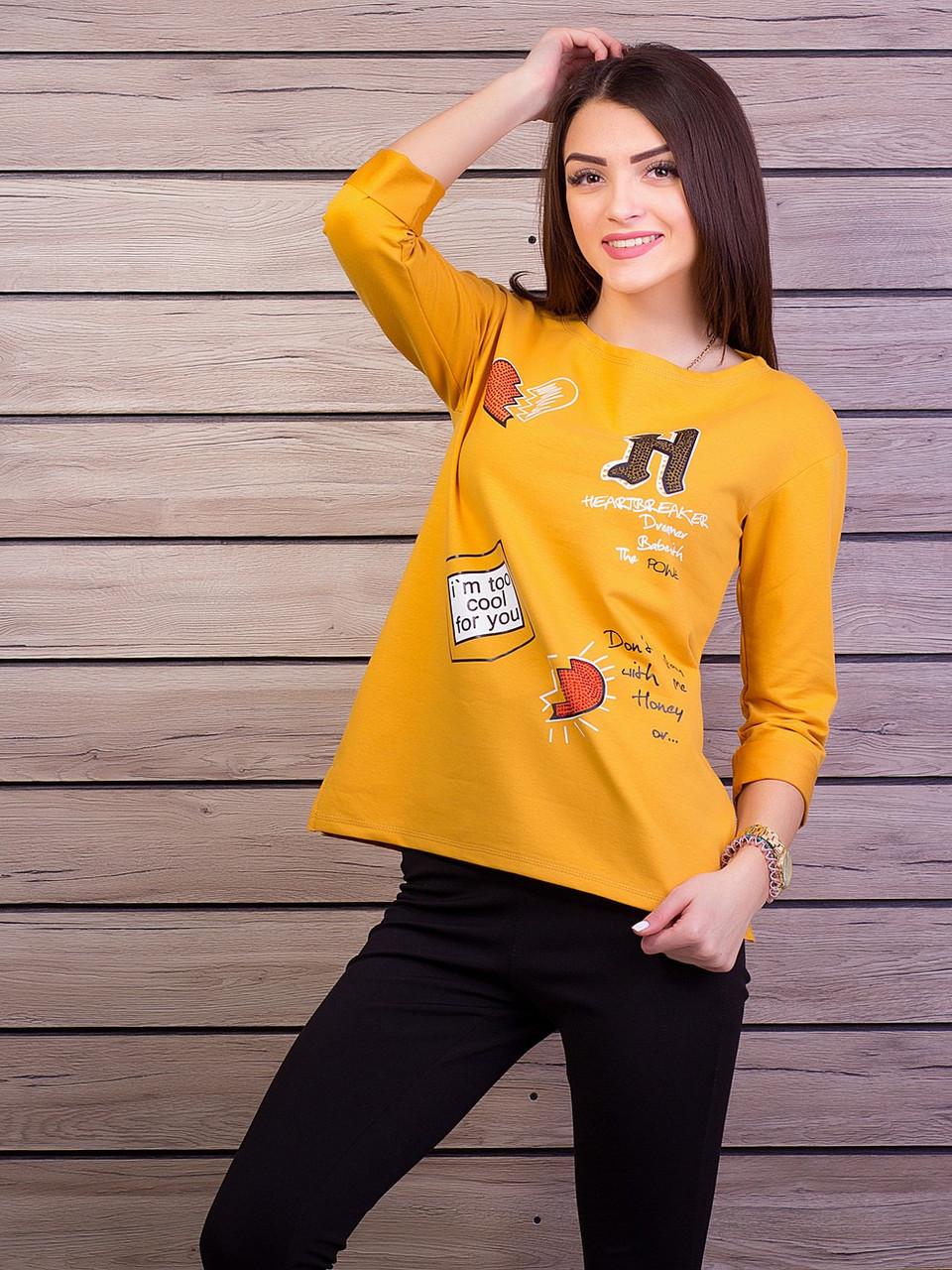 Женская кофточка горчичного цвета с принтом и стразами