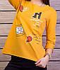 Женская кофточка горчичного цвета с принтом и стразами, фото 2