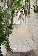 """Роскошное свадебное платье силуэта """"Русалка"""", украшенное аппликациями с объемными цветами и глубоким вырезом н"""