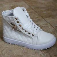 Модные белые ботинки сникерсы .