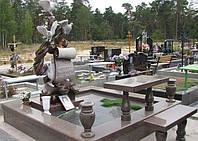 Памятник со скульптурой из гранита
