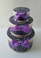 Круглая подарочная коробка ручной работы фиолетового цвета с кружевом
