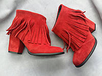 Демисезонные замшевые женские ботильоны с бахромой красные