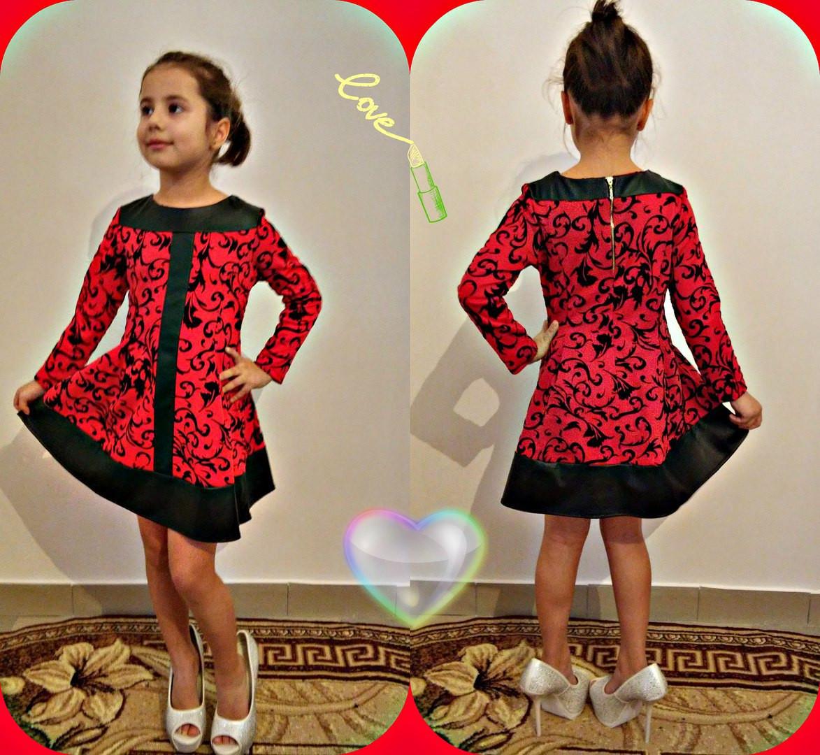 Приталенное платье с узором и вставками из кожи