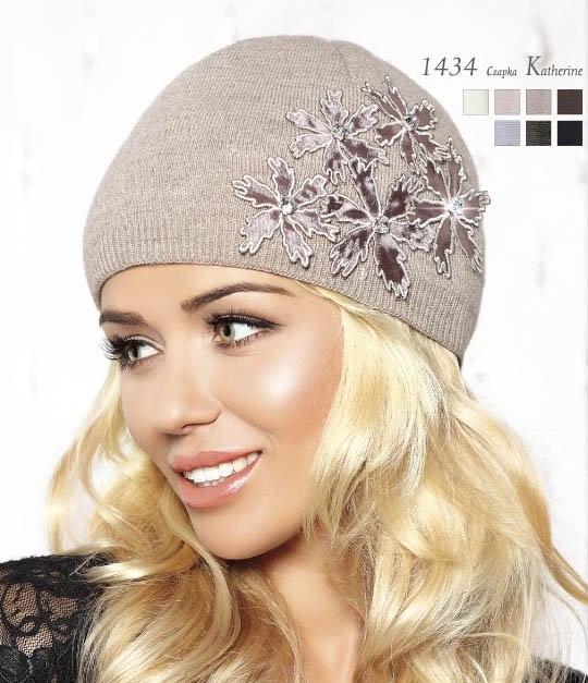 Стильная теплая вязаная женская шапка с красивой аппликацией и камушками, Польша.