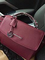 Стильная женская сумка MICHAEL KORS материал эко-кожа, брелок с логотипом . Цвет марсала