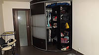 Радиусная гардеробная в спальне