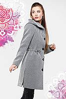 Стильное демисезонное пальто застегивается на крупные пуговицы с капюшеном