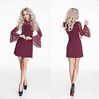 Красивое короткое креповое платье с гипюровыми рукавами.Цвет марсала.