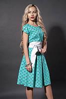 Красивое бирюзовое платье с пышной юбкой под белый кожаный пояс