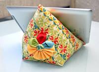 """Подушка - подтавка под планшет """"Пирамида"""" с цветочком"""