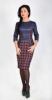 Стильное платье по фигуре в красную клетку с синими кожаными вставками