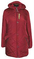 Красивая женская удлиненная куртка вишневого цвета