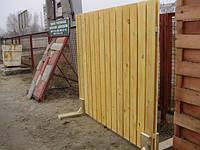 На фото: заборная секция. Двойной ряд обрезной доски с закруглением кромок.