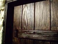 Текстура деревянной двери. Материал изготовления обрезная доска, морилка под лаком.