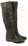 Женские кожаные сапоги на плоской подошве