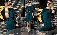 Облегающее вечернее платье с вставками из гипюра, украшено жемчугом.