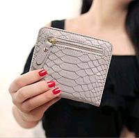Женский кошелек из искусственной кожи «под крокодила», цвет — серый, есть отделения для карточек и для мелочи
