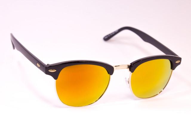 0049a710707f Женские солнцезащитные очки в стильной оправе.