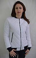 Модная короткая куртка на манжете белого цвета