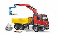 Игрушечный грузовик с краном и дополнительными аксессуарами Mercedes Benz Arocs Bruder 03651