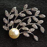 [35/50 мм] Брошь светлый металл с листьями в стразах и светлой жемчужиной