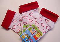 Белые детские носочки с отворотом в сердечки малинового цвета