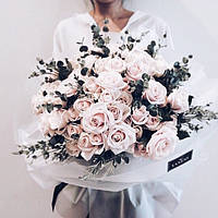 35  роз с эвкалиптом в стильной крафтовой бумаге