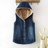 Утепленная джинсовая жилетка с капюшоном