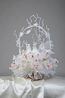 Букет из конфет  на свадьбу с парой голубей ручной работы