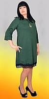 Стильное платье украшено кружевом
