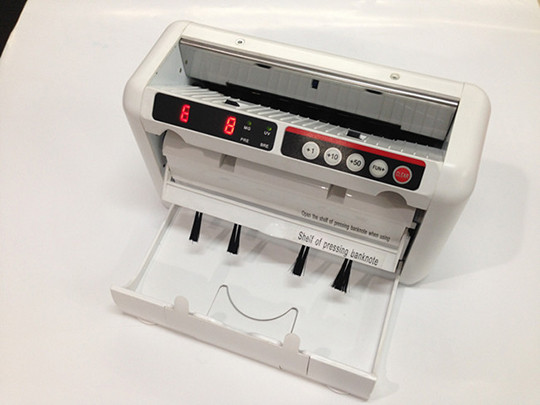 Счетчик банкнот, счетчик купюр с детектором валют. Работает от сети и от аккумулятора. Мобильный, портативный.
