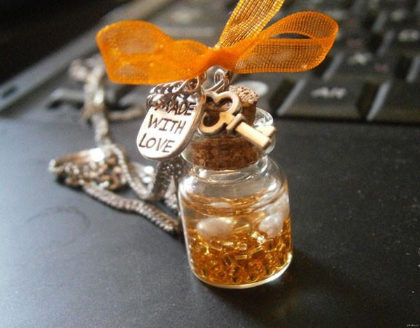 Кулончик из прозрачной бутылочки