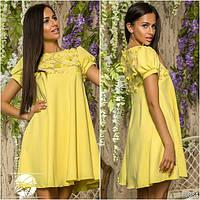 Элегантное платье-клеш от груди, декорированное аппликацией и вышивкой золотого цвета.