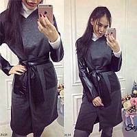 Трикотажное пальто с кожаными рукавами с поясом