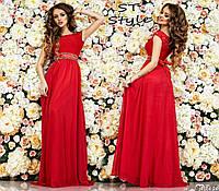 Выпускное платье с гипюровым верхом украшено поясом
