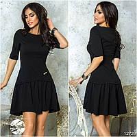 Элегантное платье асимметричной длины с клешеной юбкой в сборку на бедрах.