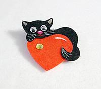 Брошка Черный котик с сердечком. Подарок на 14 февраля