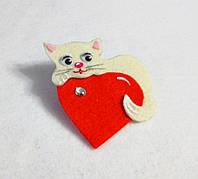 Брошка белый котик с сердечком. Подарок на 14 февраля