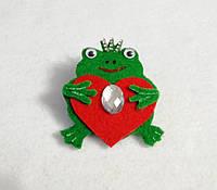 Брошка Лягушка с сердечком. Подарок на день Святого Валентина